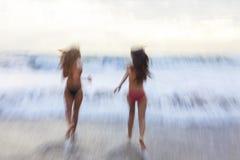 Bewegungsunschärfe-Mädchen-Frauen, die auf Strand laufen Lizenzfreies Stockfoto