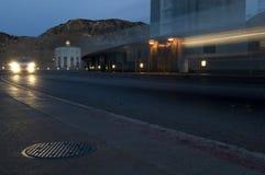 Bewegungsunschärfe von den Autoscheinwerfern, welche die Nevada-Arizona-Grenze an Hooverdamm kreuzen stockfotos