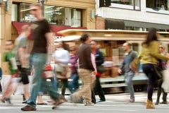 Bewegungsunschärfe von Fußgängern und von Laufkatzen-Auto in San Francisco Lizenzfreie Stockfotos