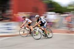 Bewegungsunschärfe von zwei Radfahrern, die in Georgia Cup Criterium laufen Lizenzfreies Stockfoto