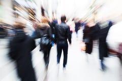 Bewegungsunschärfebild von gehenden Leuten Lizenzfreies Stockfoto