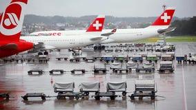 Bewegungswarenkörbe mit Gepäck am Flughafen stock video footage