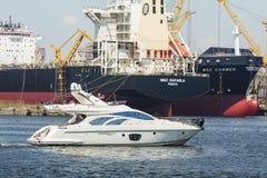 Bewegungsyacht im Hafen Lizenzfreie Stockfotos