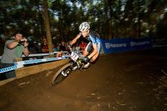 Bewegungszittern UCI MTB Weltcup-Mitfahrer, der Berm nimmt Lizenzfreie Stockfotos