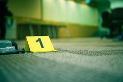 Beweisen Sie Markierung Nr. 7 auf Teppichboden nahe vermutlich defektem Gegenstand herein Lizenzfreies Stockfoto
