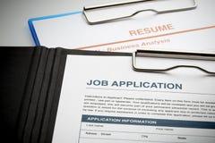 Bewerben Sie sich um neuen Job durch Anwendung und nehmen Sie Dokument wieder auf Stockfotografie