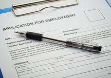 Bewerben Sie sich um neuen Job durch Anwendungs-Dokument Stockbild