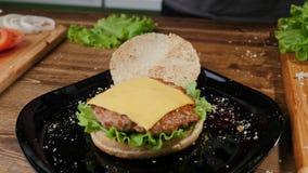 Bewerkend eigengemaakt hamburger het koken proc?d? Cheeseburger, schotel stock afbeelding