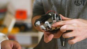 Bewerkend robotachtig bionisch die wapen op 3D printer wordt gemaakt Dolly schot stock footage