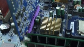 Bewerker in de motherboard contactdoos, computerhardware stock videobeelden