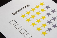 Bewertung mit der Auswahl mit fünf Sternen lizenzfreie stockfotografie