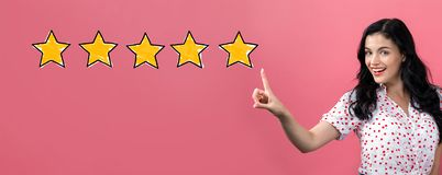 Bewertung mit fünf Sternen mit junger Frau stockbild