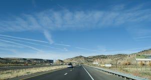 Bewilligungen, Landstraße des New Mexiko-Bereichs I-40 mit Anschlagtafeln stockfoto