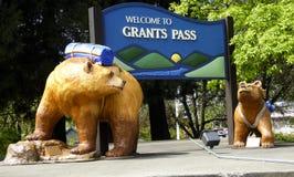 Bewilligungs-Durchlauf-kampierende Bären Stockbild