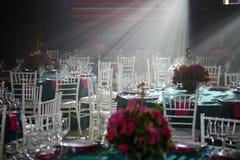 Bewirten Sie die Halle oder andere Funktionsanlage festlich, die für das feine Speisen eingestellt werden stockfoto