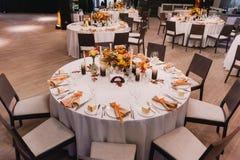 Bewirten Sie Hochzeitstabelle festlich Lizenzfreie Stockfotografie