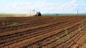 bewirtschaften Der Traktor pflügt das Land stock video