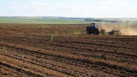 bewirtschaften Der Traktor pflügt das Land stock footage