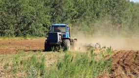 bewirtschaften Der Traktor pflügt das Land stock video footage