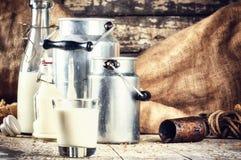 Bewirtschaften Sie Einstellung mit frischer Milch in den verschiedenen Flaschen Stockbild