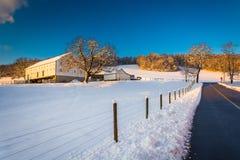Bewirtschaften Sie entlang einer Landstraße während des Winters, in ländlicher York-Zählung lizenzfreie stockbilder