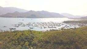 Bewirtschaften Sie für wachsende Fische und Meeresfrüchte im Meerwasser auf Antennenlandschaft des grünen Hügels Brummenansicht v stock footage