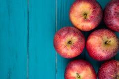Bewirtschaften Sie frische organische rote Herbstäpfel auf hölzerner Retro- blauer Tabelle lizenzfreie stockbilder