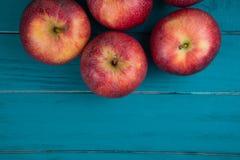 Bewirtschaften Sie frische organische rote Herbstäpfel auf hölzerner Retro- blauer Tabelle lizenzfreies stockfoto