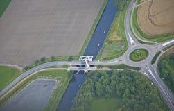 Bewirtschaften Sie Landschaft mit Brücke von oben, die Niederlande Stockfoto