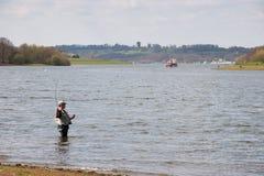 BEWL-VATTENBEHÅLLARE, LAMBERHURST/KENT - APRIL 10: Klipskt fiske Royaltyfri Bild