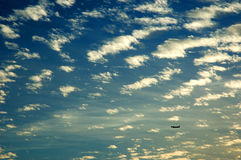 Bewölkter Himmel auf Sonnenuntergang Lizenzfreie Stockbilder