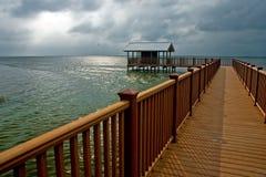 Bewölkter Tag auf der Küste Stockfoto
