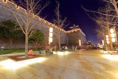 Bewohner in der Freizeit am Quadrat alter Wand Xian nachts Stockbilder