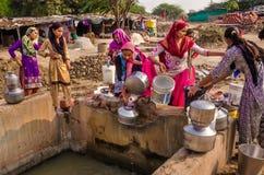 Bewohner des Dorfs Makarba sammeln Wasser von einem nahe gelegenen Brunnen der Wasserversorgung lizenzfreies stockfoto