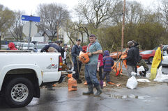 Bewohner füllen einen LKW mit Sandsäcken Lizenzfreie Stockfotos