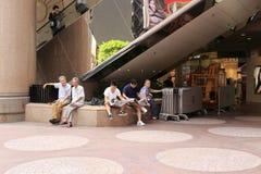 Bewohner haben einen Rest im berühmten Times Square Stockfotografie