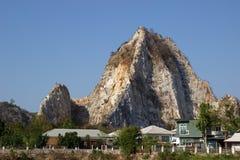 Bewohner neben Felsenhügel Stockbild