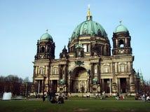Bewohner von Berlin Dom im Frühjahr lizenzfreie stockbilder