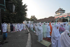 Bewohner von Eid al-Adha-Gebeten im Hof des Palastes Solo- zentraler Java Indonesia Stockbild