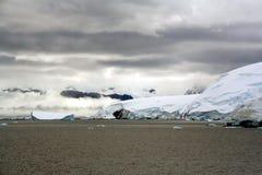 Bewolking, gletsjers die in het overzees valt stock foto's