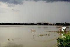 Bewolking op de rivier stock foto's
