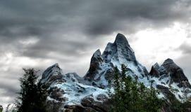 Bewolkt bergachtig landschap Stock Foto
