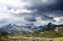 Bewolkt berglandschap Stock Afbeelding