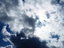 Bewolkt en zonnig in één hemel tegelijkertijd stock fotografie