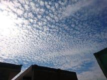 Bewolkt hemel blauw en zonnig wit royalty-vrije stock fotografie