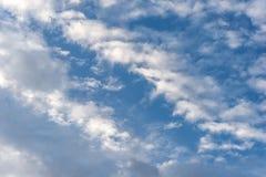Bewolkt hemelhoogtepunt met cumulus Royalty-vrije Stock Foto's