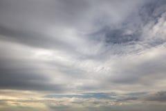 Bewolkt hemelhoogtepunt van diepe grijze wolken Het onweer komt Stock Afbeelding