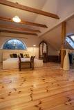 Bewolkt huis - houten slaapkamer royalty-vrije stock afbeeldingen