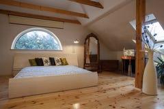 Bewolkt huis - slaapkamer royalty-vrije stock foto