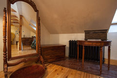 Bewolkt huis - uitstekende spiegel royalty-vrije stock afbeelding